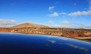 蓝天下的美丽湖泊和远山摄影图片