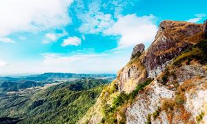 蓝天下的山顶悬崖美景摄影图片