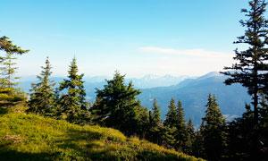 蓝天下山顶美丽风光摄影图片