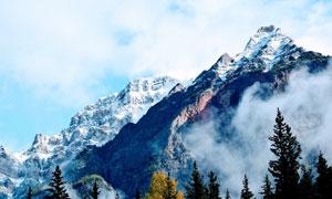 云雾缭绕的雪山美景高清摄影图片