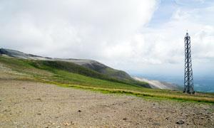 长白山山顶的火山灰和信号塔摄影图片