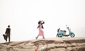 山坡上的一对情侣写真摄影原片素材