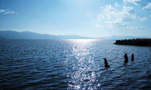 阳光下的云南大理洱海风光摄影图片