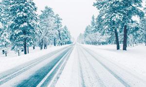 冬季大雪后的道路景观摄影图片