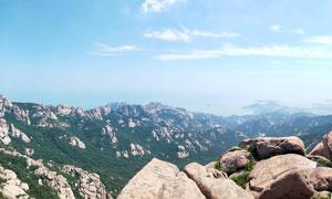 蓝天下的山峦和岩石摄影图片