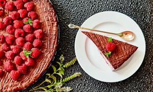 树莓和一小块巧克力蛋糕摄影图片
