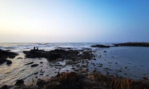 蓝天下的海边岩石和礁石高清摄影图片
