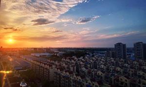 夕阳下的城市社区美景摄影图片
