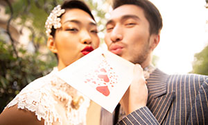 嘟嘴送红色桃心的情侣摄影原片素材