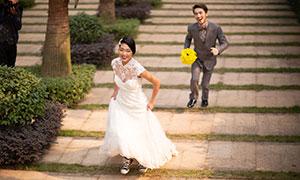 手拿黄色花的男士摄影高清原片素材