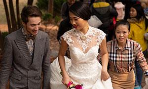 双手提裙摆的新娘人物婚纱摄影原片