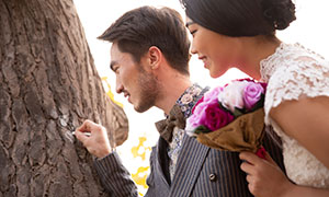 在树上画心的情侣写真婚纱原片素材