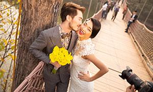 索桥上的幸福男女人物摄影原片素材