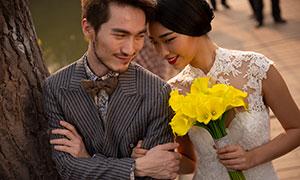 手握黄色花的美女婚纱摄影原片素材