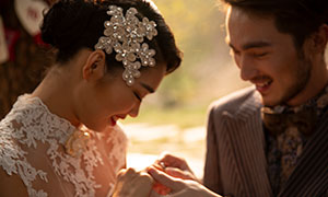 戴戒指的情侣人物婚纱摄影原片素材