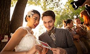 共同拿卡片的情侣人物婚纱原片素材