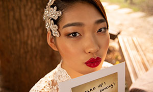 双手拿卡片的红唇美女摄影原片素材