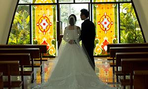面向著窗外的情侶人物婚紗攝影原片