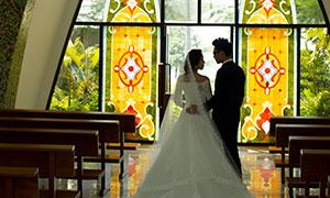 教堂昏暗場景戀人婚紗攝影原片素材