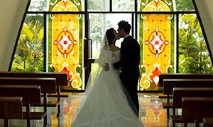 教堂內景恩愛戀人高清攝影原片素材