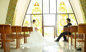 分開坐在椅子上的戀人婚紗攝影原片