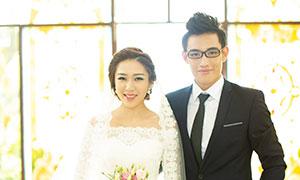 教堂窗戶前的戀人婚紗攝影原片素材