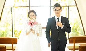 可愛逗樂情侶人物內景婚紗攝影原片