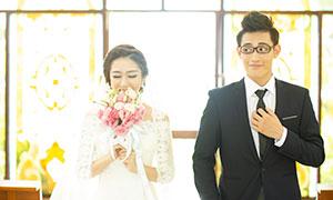 教堂窗戶前的幸福情侶攝影高清原片