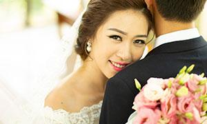 拿粉色捧花的美女婚紗攝影原片素材