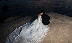 湖边石头上的人物外景婚纱原片素材