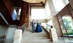 一起攜手下樓梯的情侶攝影原片素材