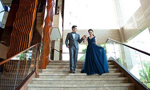 樓梯臺階上的情侶人物婚紗攝影原片