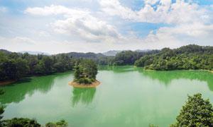 蓝天白云下的美丽陡水湖摄影图片