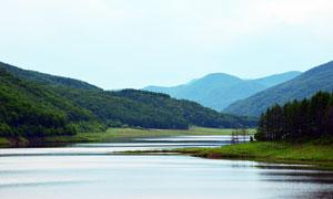 青山脚下美丽的湖泊高清摄影图片