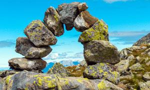 山顶上石头组成的拱形门摄影图片