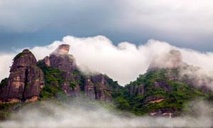 雾气缭绕的龙川霍山摄影图片