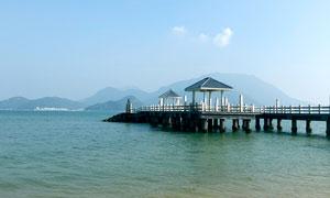 海边栈桥和观景亭高清摄影图片