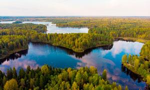 美丽的山林和湖泊景观摄影图片