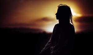 夕阳下的美女人物剪影高清摄影图片