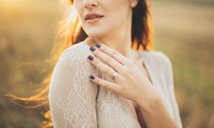 夕阳下性感的美女摄影图片