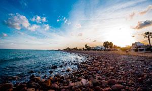 蓝天下美丽的海滩石头摄影图片