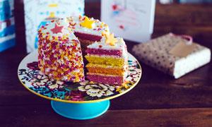 盘中盛放的生日蛋糕摄影图片