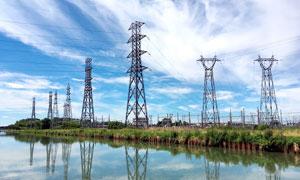 蓝天白云下的能源电塔摄影图片