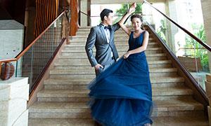 台阶上甩动裙摆的美女摄影高清原片