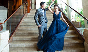 蓝裙美女西装男士婚纱摄影原片素材