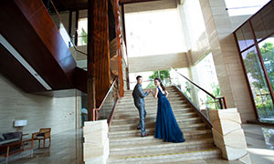手拉手踏上台阶的恋人摄影高清图片