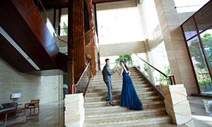 一起上楼梯的蓝裙美女人物婚纱原片