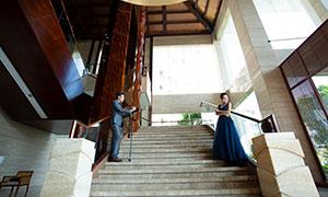 站在樓梯上的人物婚紗攝影原片素材