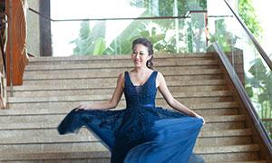 台阶上翩翩起舞的美女婚纱摄影原片