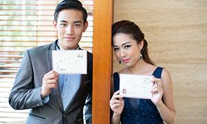 手拿著信件的情侶人物攝影原片素材